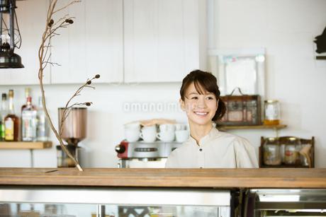カフェで働く店員の写真素材 [FYI01776580]