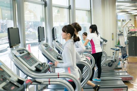スポーツジムで走る女性の写真素材 [FYI01776581]