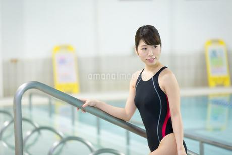 プールサイドの水着女性の写真素材 [FYI01776606]