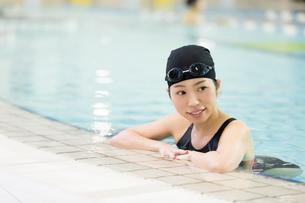 プールに入る水着女性の写真素材 [FYI01776620]