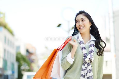 紙袋を持つ若い女性の写真素材 [FYI01776654]