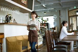 カフェで働く女性店員の写真素材 [FYI01776679]