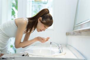 洗顔中の女性の写真素材 [FYI01776729]