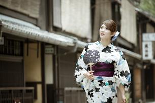 京都の浴衣女性の写真素材 [FYI01776731]
