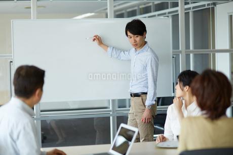 ホワイトボードで説明する男性の写真素材 [FYI01776742]