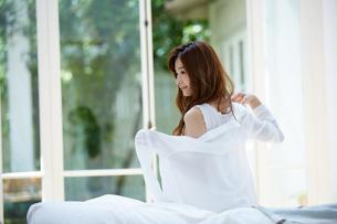 朝服を着る爽やかな女性の写真素材 [FYI01776743]