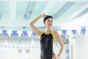 プールに入る水着の女性の写真素材 [FYI01776753]