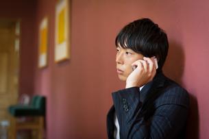 携帯電話を使うビジネスマンの写真素材 [FYI01776801]