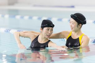 プールで泳ぎ方を教える女性の写真素材 [FYI01776827]