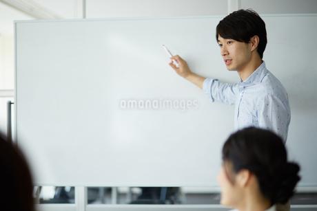 ホワイトボードで説明する男性の写真素材 [FYI01776834]