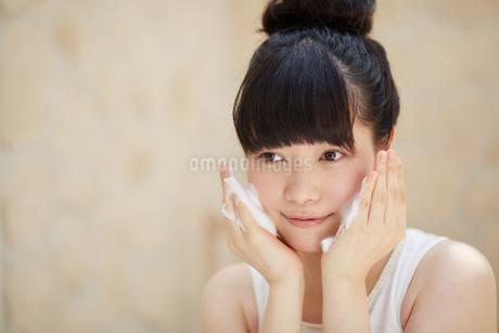 洗顔中の若い女性の写真素材 [FYI01776845]
