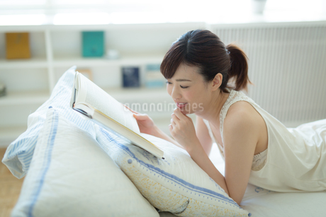 読書中の若い女性の写真素材 [FYI01776847]