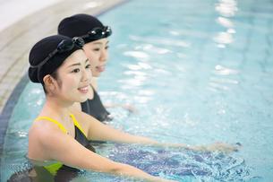プールに入る水着の女性二人の写真素材 [FYI01776854]