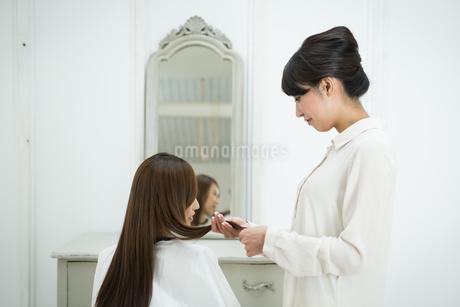 美容師と髪の長いお客の写真素材 [FYI01776856]