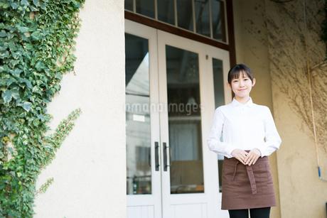 カフェで働く店員の写真素材 [FYI01776870]