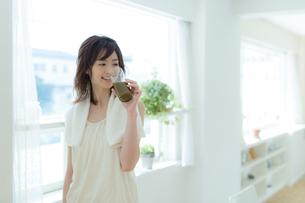 美容の為に野菜ジュースを飲む女性の写真素材 [FYI01776895]