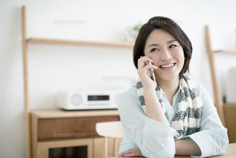 携帯電話を使う若い女性の写真素材 [FYI01776896]