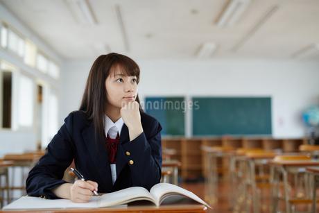 教室で勉強する女子高生の写真素材 [FYI01776931]