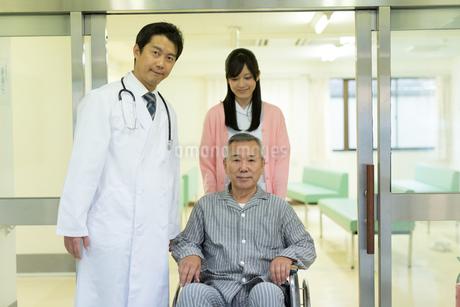 退院する男性と医療スタッフの写真素材 [FYI01776943]