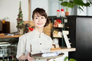 カフェで働く店員の写真素材 [FYI01776944]