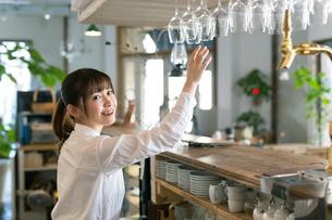 カフェのカウンターで働く女性従業員の写真素材 [FYI01776970]