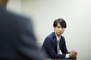 ソファに座るビジネスマンの写真素材 [FYI01776978]