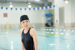プールに入る水着女性の写真素材 [FYI01776999]