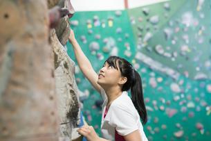 ボルダリング中の女性の写真素材 [FYI01777011]