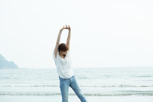 波打ち際の女性の写真素材 [FYI01777031]