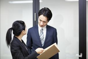 先輩社員の意見を聞くビジネスウーマンの写真素材 [FYI01777039]