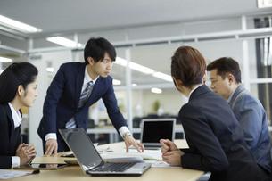 会議中のビジネスマンの写真素材 [FYI01777045]