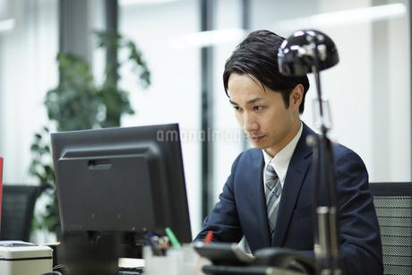 デスクワーク中のビジネスマンの写真素材 [FYI01777082]