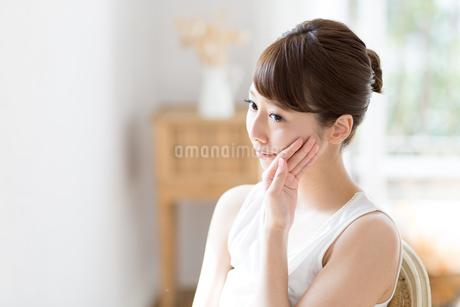 スキンケアする若い女性の写真素材 [FYI01777087]