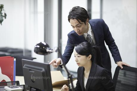 先輩社員の意見を聞くビジネスウーマンの写真素材 [FYI01777109]