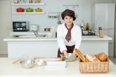 若いパン職人の写真素材 [FYI01777124]