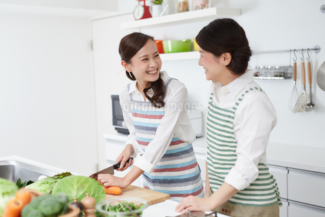 料理教室の女性二人の写真素材 [FYI01777130]
