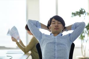 疲れがたまった男性の写真素材 [FYI01777136]