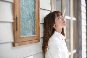 壁にもたれる爽やかな女性の写真素材 [FYI01777190]