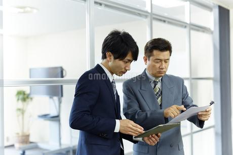 資料を検討するビジネスマンの写真素材 [FYI01777215]