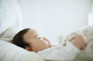 寝転ぶ赤ちゃんの写真素材 [FYI01777217]