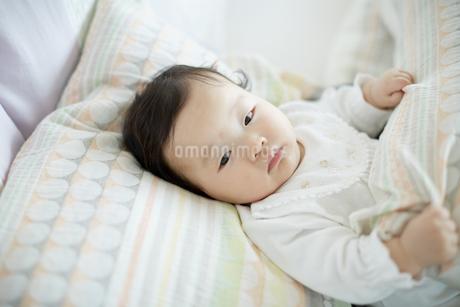 寝転ぶ赤ちゃんの写真素材 [FYI01777223]