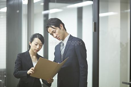 先輩社員の意見を聞くビジネスウーマンの写真素材 [FYI01777245]