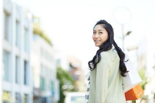 紙袋を持つ若い女性の写真素材 [FYI01777247]