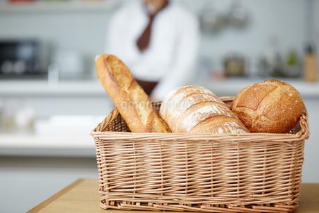 若いパン職人の写真素材 [FYI01777297]