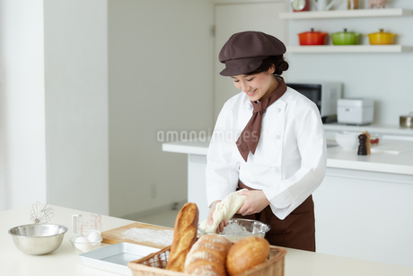 若いパン職人の写真素材 [FYI01777298]