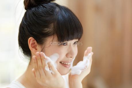 洗顔中の若い女性の写真素材 [FYI01777327]
