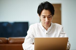 パソコンを使う男性の写真素材 [FYI01777338]