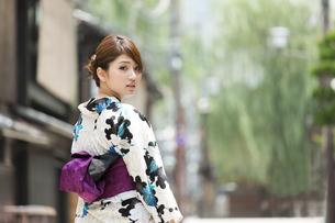 京都の浴衣女性の写真素材 [FYI01777354]