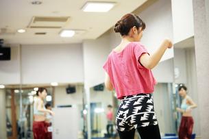 スタジオでダンスの練習をする女性の写真素材 [FYI01777388]