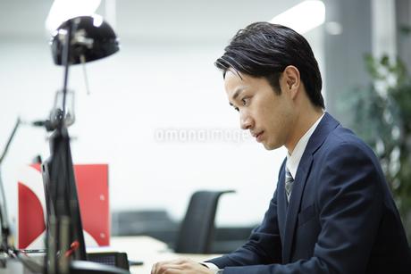 デスクワーク中のビジネスマンの写真素材 [FYI01777436]